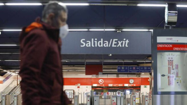 Viajero con mascarilla en una estación de Cercanías.