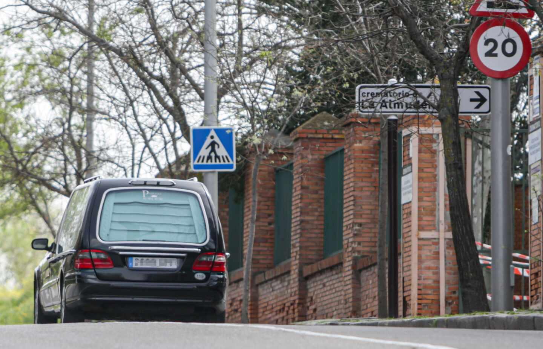 Un coche fúnebre, saliendo esta semana del crematorio de La Almudena (Madrid).