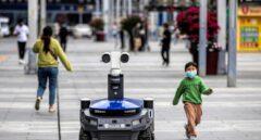 Robot de la policía en Shenzhen que mide la temperatura de los ciudadanos de forma remota