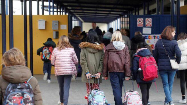Alumnas entran en un colegio de Madrid.