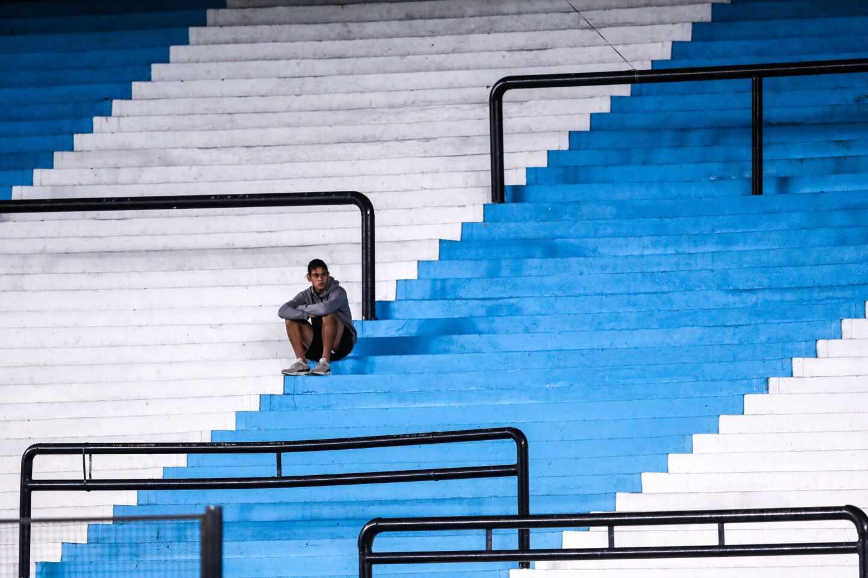 Un empleado de Racing observa desde una tribuna este jueves en un partido del grupo de la Copa Libertadores entre Racing Club y Alianza Lima,