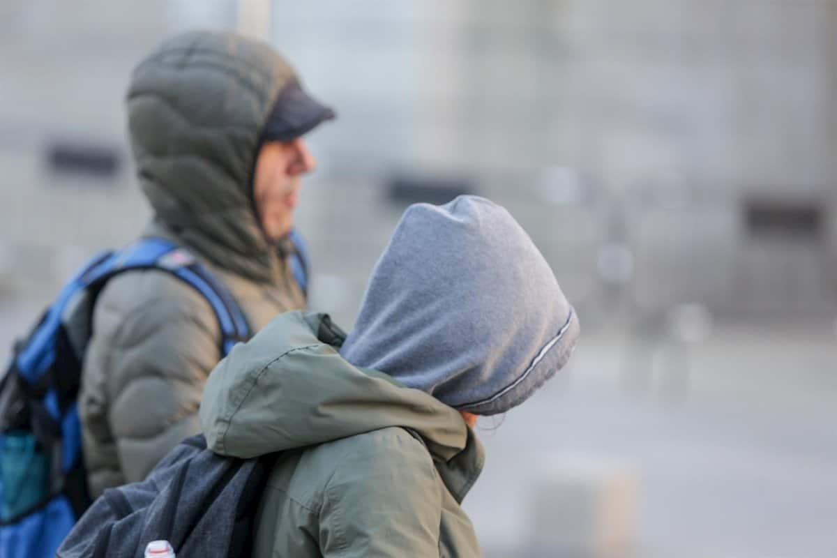 Gente abrigada por el frío