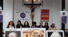 """Las Mujeres de la Iglesia se concentran frente a la Almudena para denunciar """"discriminación"""" y pedir """"voz y voto"""""""