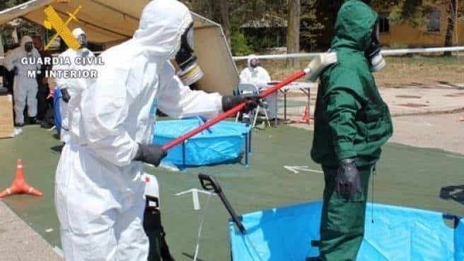 Agentes de los GAR, con trajes antinucleares en Haro (La Rioja).