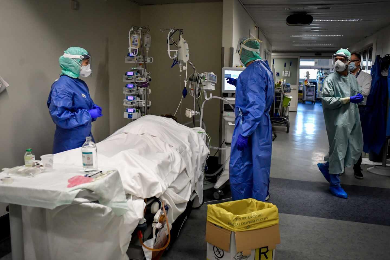 Personal sanitario atiende a un paciente en un hospital de Italia la pasada semana.