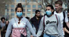Dos turistas con mascarillas pasean por las Ramblas de Barcelona.
