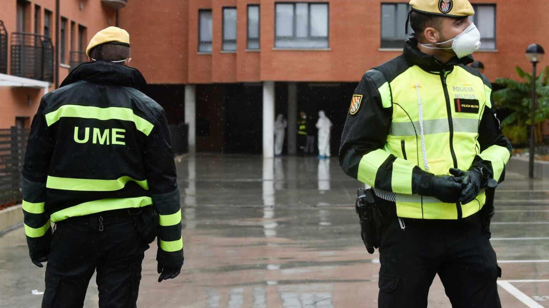 Soldados de la Unidad Militar de Emergencias (UME), desinfectando una residencia de mayores en Murcia.
