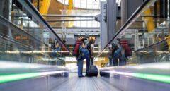 Varios pasajeros recorren la Terminal 4 del aeropuerto Adolfo Suárez Madrid Barajas.