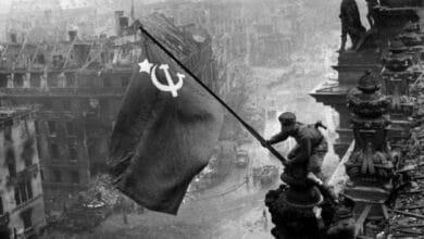 75 años de la foto de la bandera roja soviética ondeando en el Reichstag