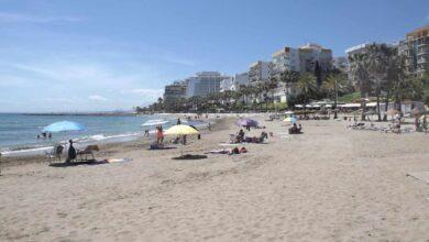 Hallan el cadáver de un hombre en la orilla de una playa de Málaga