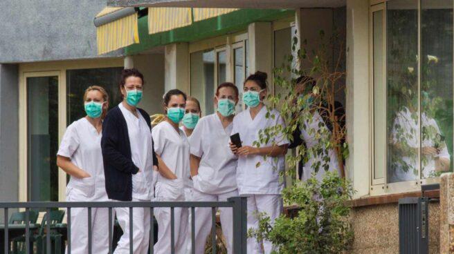 Trabajadoras ataviadas con mascarillas en el geriátrico de Grado, en Asturias