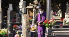 La Iglesia pide más mascarillas y guantes para que los familiares puedan ir a los entierros