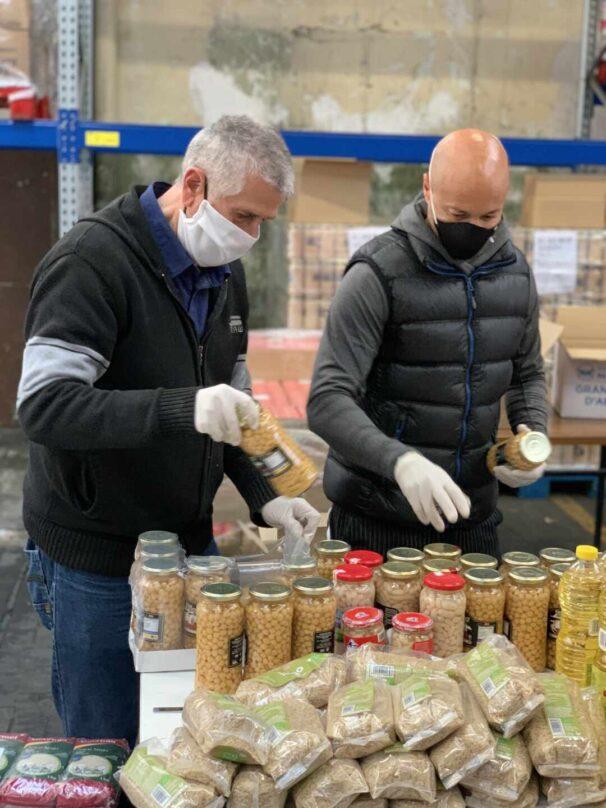 Voluntarios ordenando comida en un Banco de Alimentos