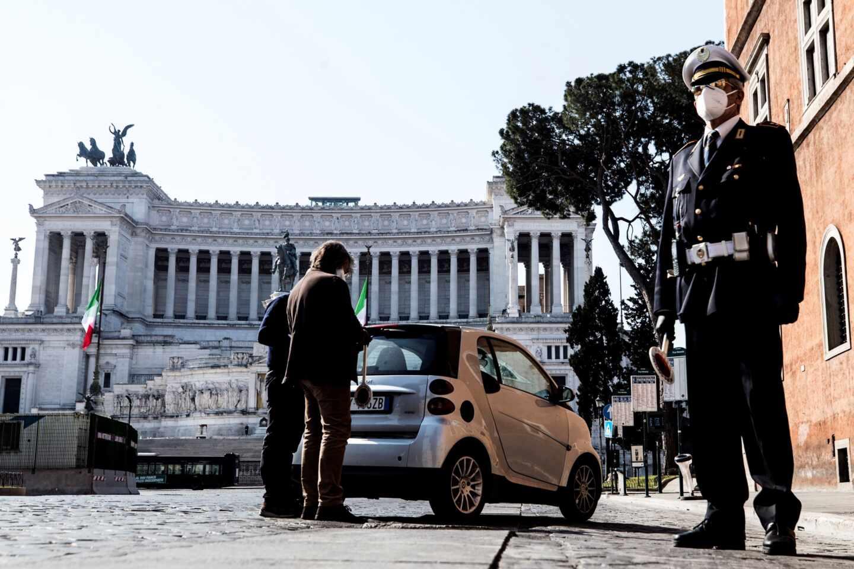 Agentes de policía realizando un control a un vehículo en Roma, Italia.