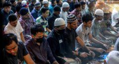 Musulmanes indonesios rezan durante la noche del Ramadán en la Gran Mezquita de Baiturrahman en Banda Aceh, Indonesia.
