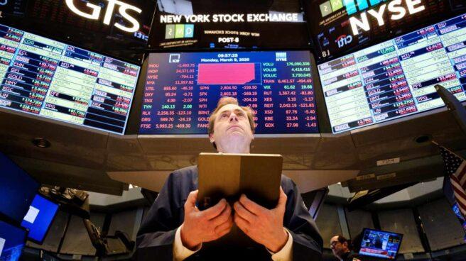 Un trader opera desde la bolsa de Nueva York