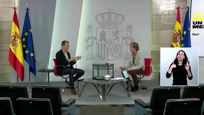 Pedro Duque y Fernando Simón durante la charla