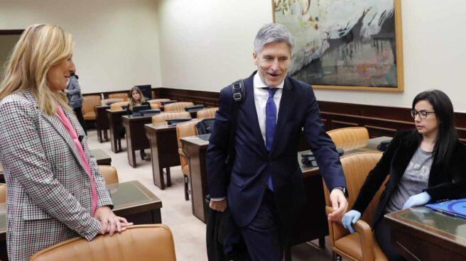 El ministro Grande-Marlaska pasa junto a las diputadas del PP Ana Beltrán y Ana Vázquez este jueves en el Congreso.