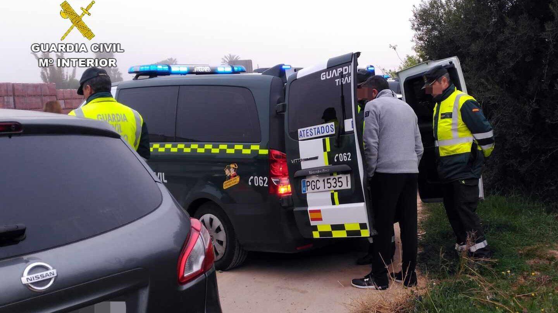 La Guardia Civil, denunciando a un conductor durante el confinamiento que superaba la tasa de alcohol permitida.