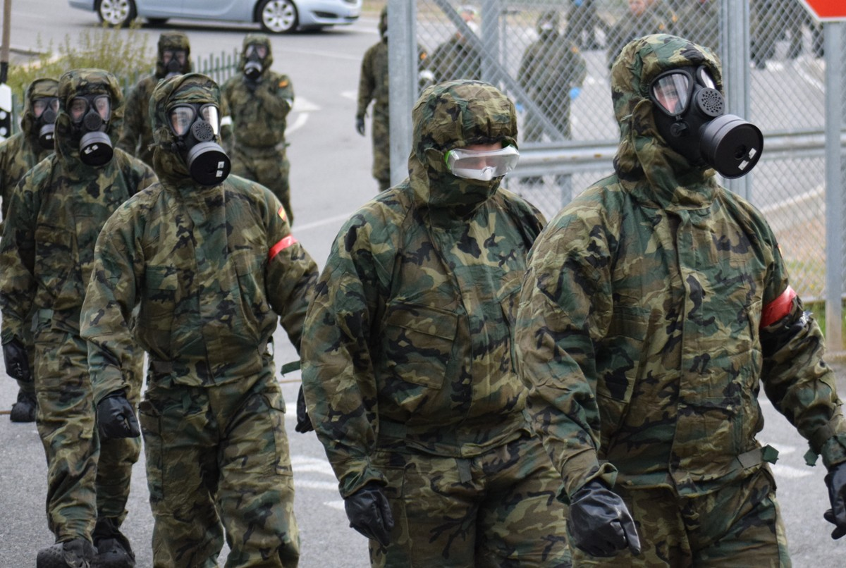 Miembros del ejército acceden a la prisión de Zaballa para proceder a su desinfección.