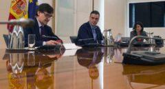 Pedro Sánchez, flanqueado por el ministro de Sanidad (Salvador Illa) y la doctora María José Sierra, en una reunión en La Moncloa.