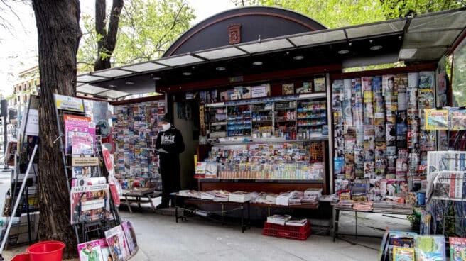 Manolo Barrasa, delante de su kiosko en la Plaza de Santa Bárbara de Madrid