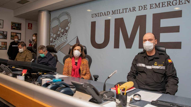 El jefe de la Unidad Militar de Emergencias (UME), teniente general Luis Martínez Meijide, junto a la ministra Margarita Robles.