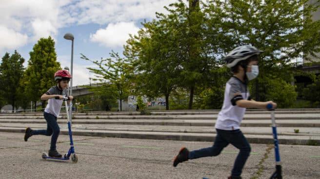 Martín y Nicolás patinan cerca de su casa en Madrid tras el confinamiento