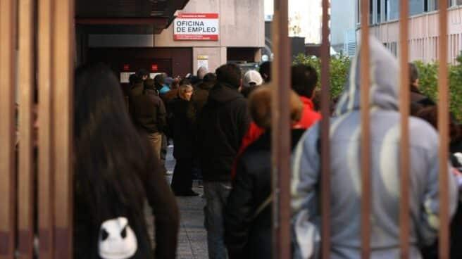 Ciudadanos guardan cola a las puertas de una oficina de los servicios de empleo en Madrid.