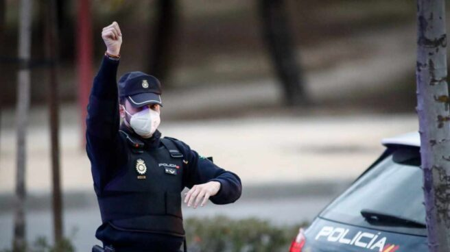 Un policía nacional, protegido con una mascarilla, durante un servicio en Madrid.
