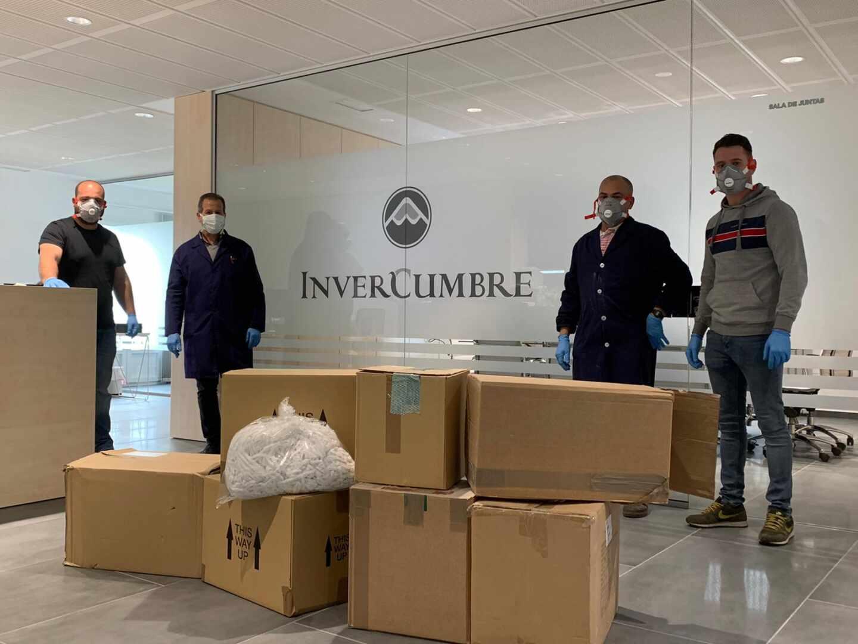 Voluntarios, en una de las empresas de Ubrique que colaboran con la iniciativa.
