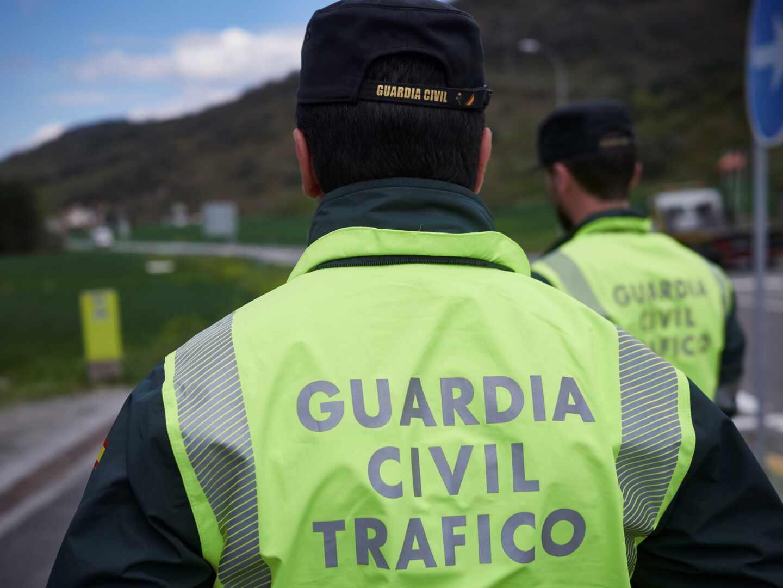 Dos agentes de la Guardia Civil de Tráfico.