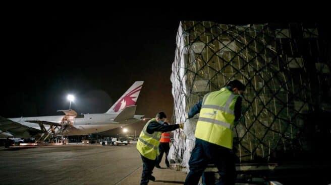 Avión con material sanitario en el Aeropuerto de Valencia.