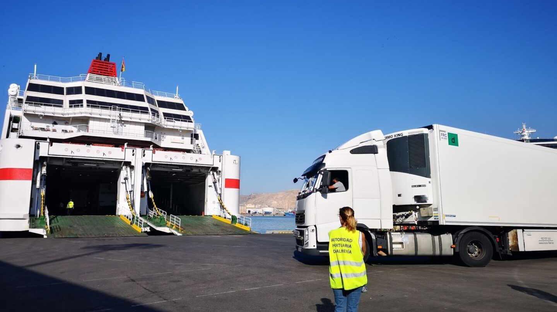 Un barco sube a un barco en el puerto de Almería.