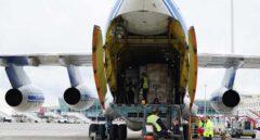 Descarga de material sanitario de un avión procedente de China.
