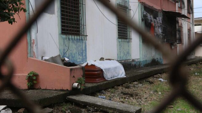 Un ataúd a la puerta de una vivienda en la ciudad ecuatoriana de Guayaquil.