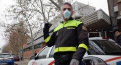Una patrulla de la Policía Local de Zaragoza rinde un emotivo homenaje a las víctimas del coronavirus