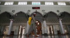Un hombre limpia una mezquita antes del mes santo de ayuno del Ramadán, en Karachi, Pakistán.