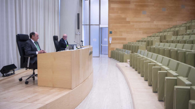 El presidente de Iberdrola, Ignacio Sánchez Galán, y el secretario del consejo, Julián Martínez-Simancas, en la junta de accionistas sin asistentes.