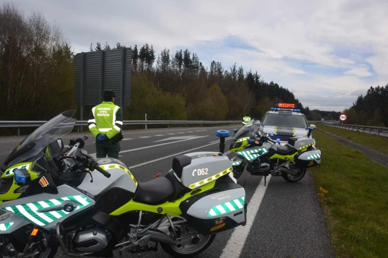 Agentes de la Guardia Civil controlan el tráfico durante el estado de alarma.