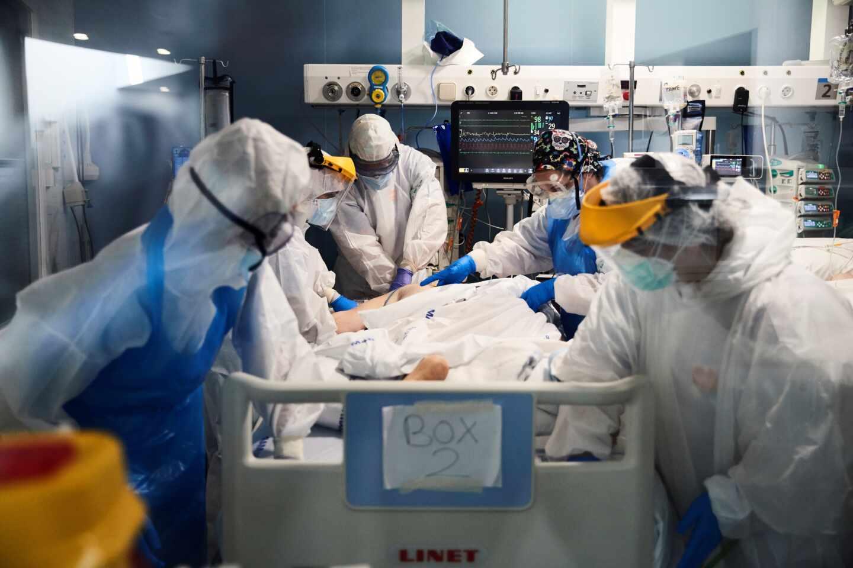 Sanitarios asisten a un enfermo en la UCI del hospital del Mar
