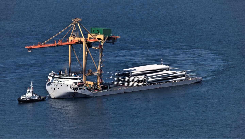 Llegada al Puerto de Bilbao de las palas para aerogeneradores de Iberdrola.