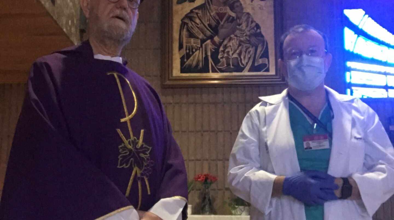Julián Esteban y Eugenio Zornoza, en la capilla del Hospital Gómez Ulla de Madrid.