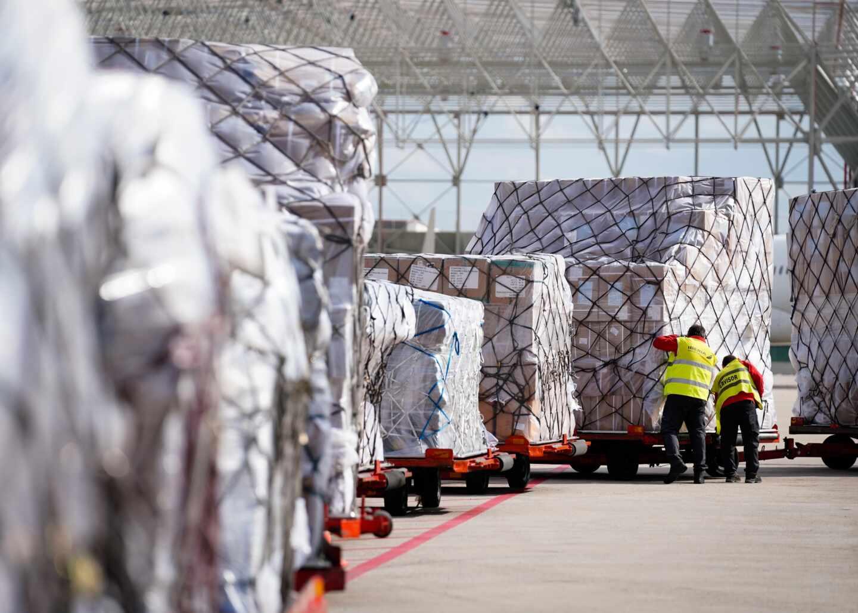 Llegada de un avión de China con material sanitario.