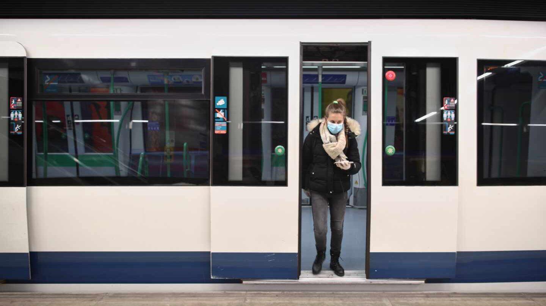 Un pasajero con mascarilla en Metro de Madrid.