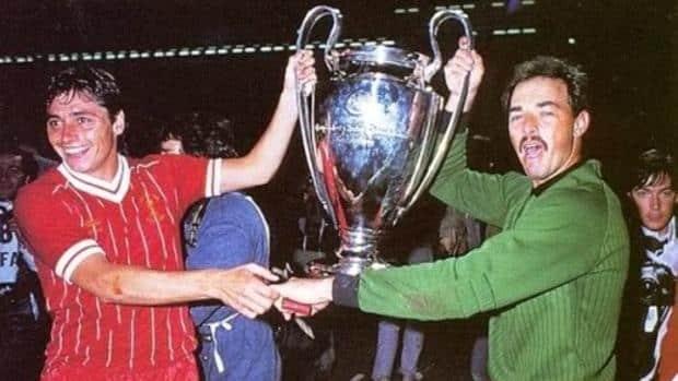 Michael Robinson con el título de la Copa de Europa en 1984