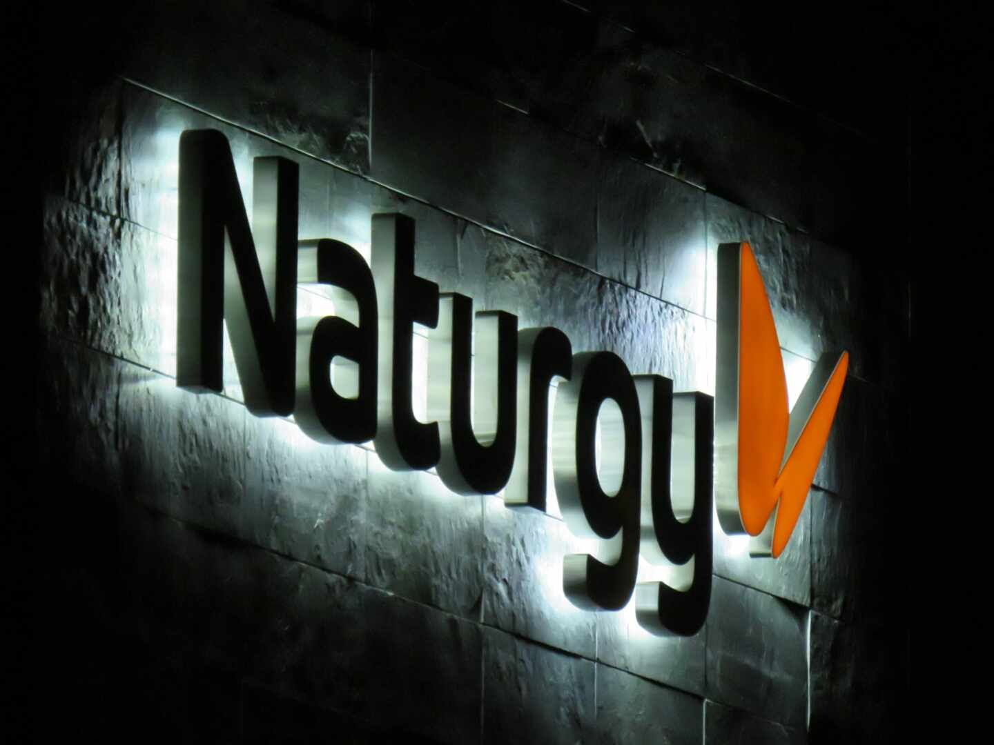 Logotipo de Naturgy en su sede central de Madrid.