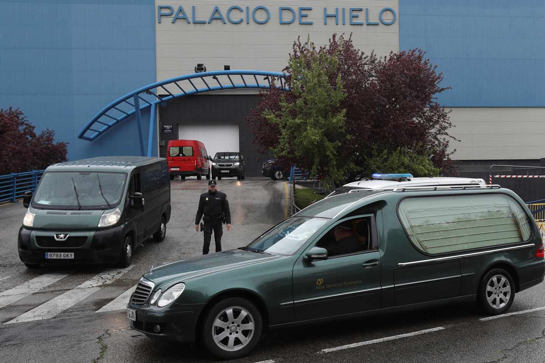 Un coche funerario a las puertas del Palacio de Hielo.