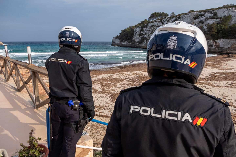 Policías vigilan que se cumple el confinamiento en playas de Mallorca.