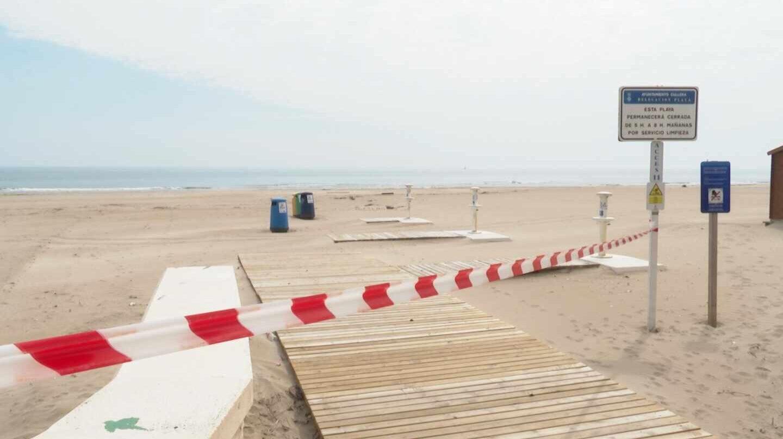 Playa de Cullera (Valencia) con el paso prohibido.